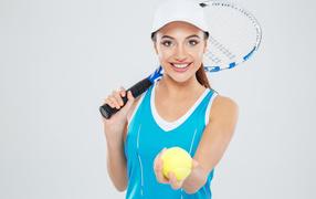 Девушка биатлонистка вместе с теннисной ракеткой равно мячиком
