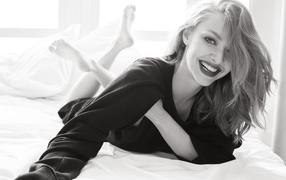 Молодая улыбающаяся актрисочка милая Сейфрид черно-белое фото