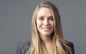 Молодая улыбающаяся актерка Элизабет Олсен