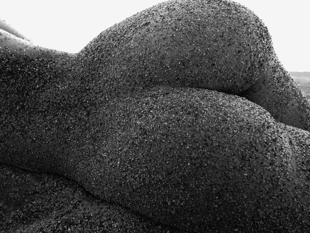 Пляж, серый, песок, попка, девушка, чёрный, попа, белый. Новые HD Обои.