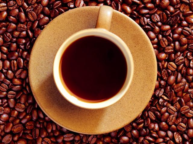 Обои кофейные зерна и чашка кофе