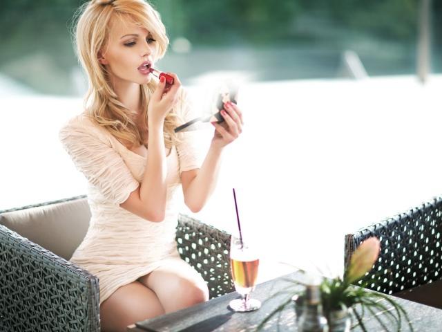 Обои для рабочего стола Блондинка в коротком белом платье красит губы помад