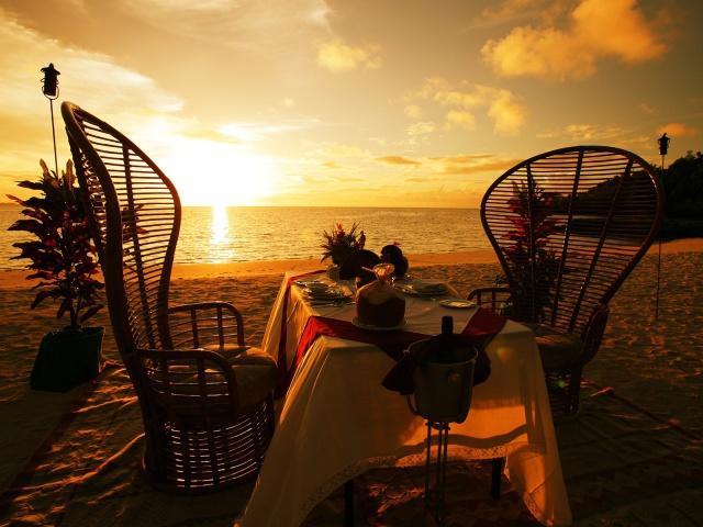 Скачать обои, настроение, романтика, вечер, закат, море, песок, стол, коктейли, фото, обои, картинка #260725