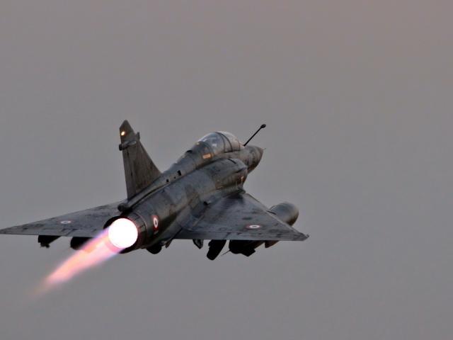 Обои военный самолет уходит в небо