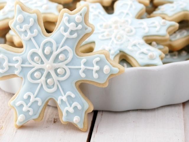Печеньки в виде снежинок на рождество