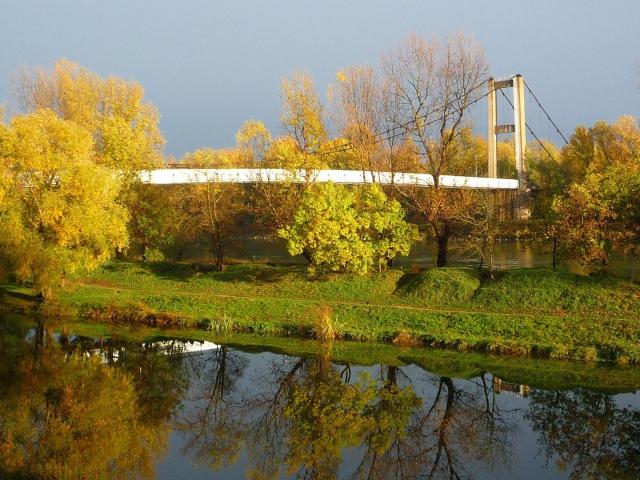 Мост в осеннем парке скачать обои для