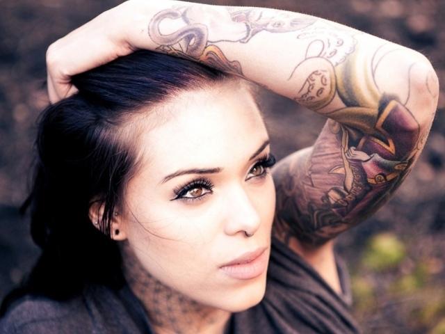 Девушки с татуировкой на руке