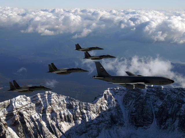 Военные самолеты f 15 над горами