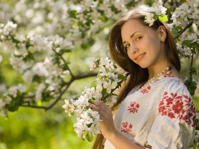 http://www.zastavki.com/pictures/640x480/2014/Nature___Seasons___Spring_Girl_in_national_dress_081421_29.jpg