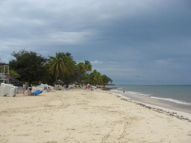 Осенний отдых на пляже на курорте Гуардалавака, Куба.