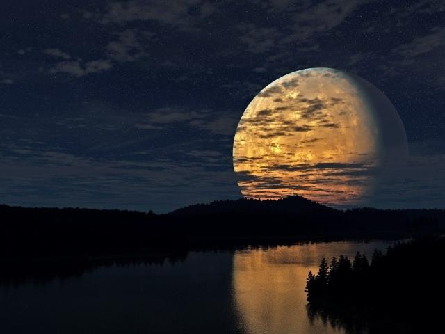 Огромная луна в небе