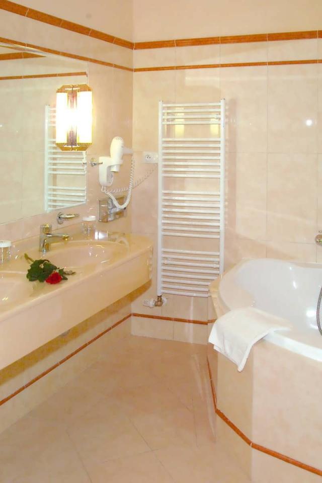 Interior creamy bathroom desktop wallpapers 640x960 for Thick bathroom wallpaper