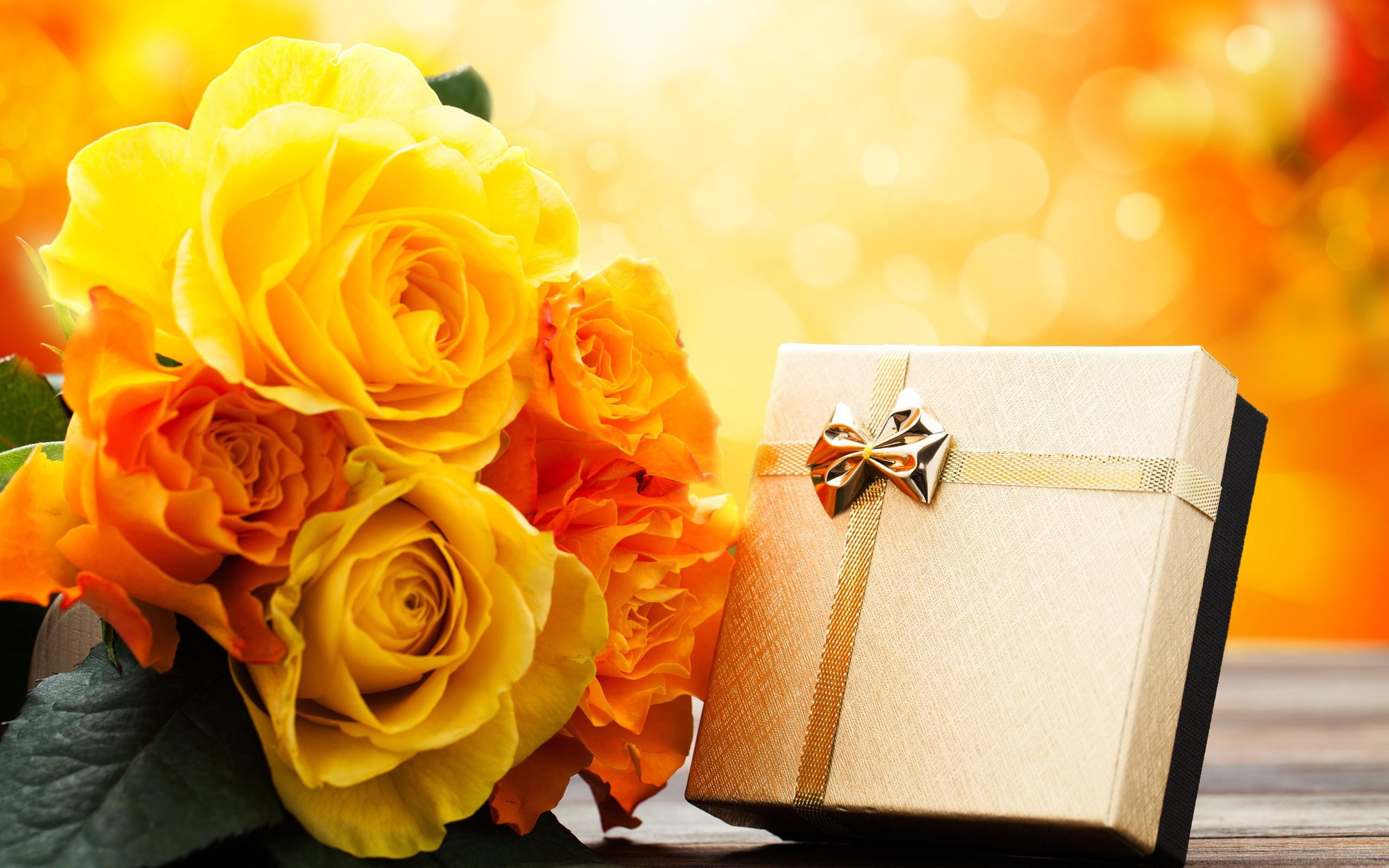 Букеты с подарком