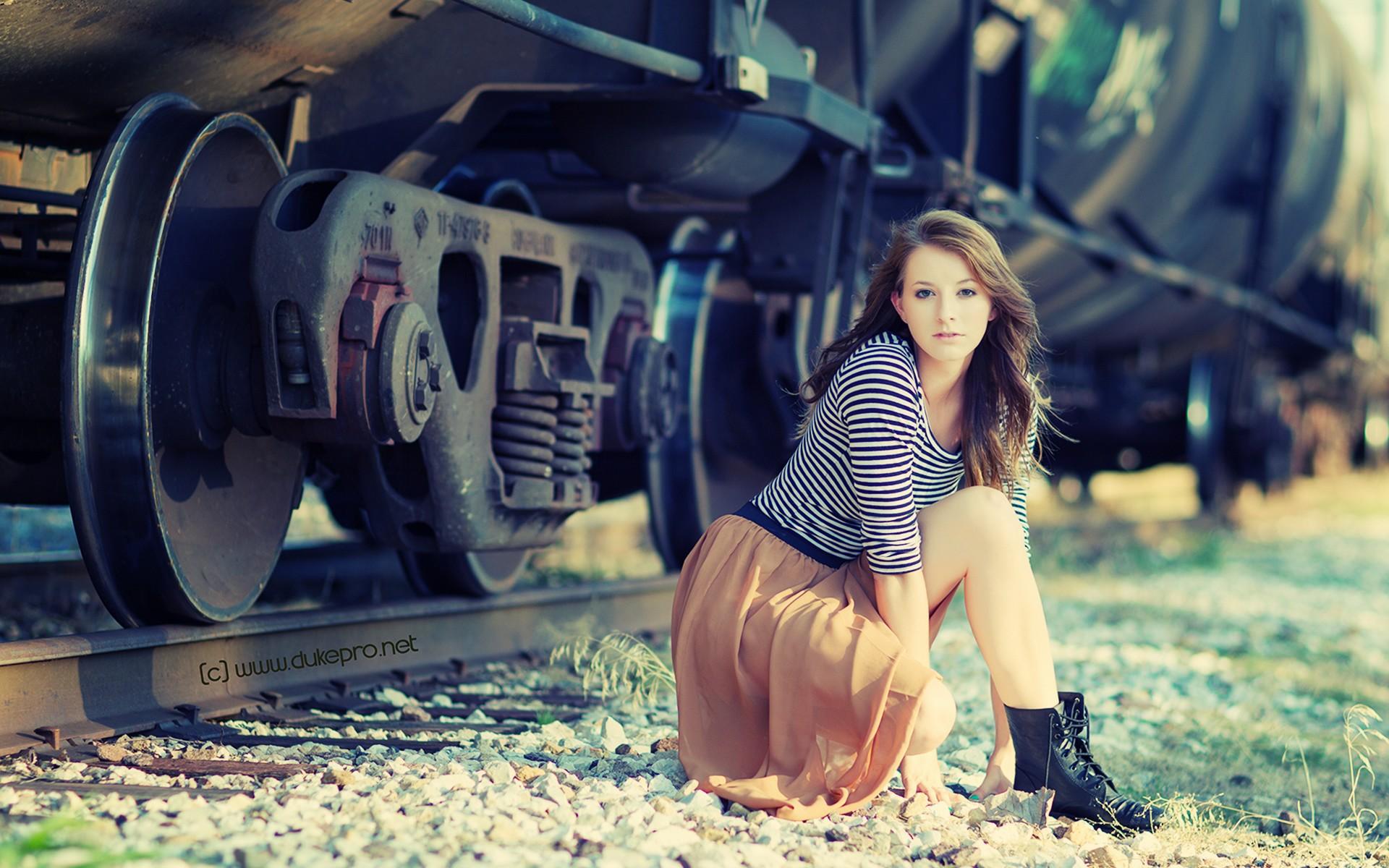 У девушка два поезда фотки массаж для женщины