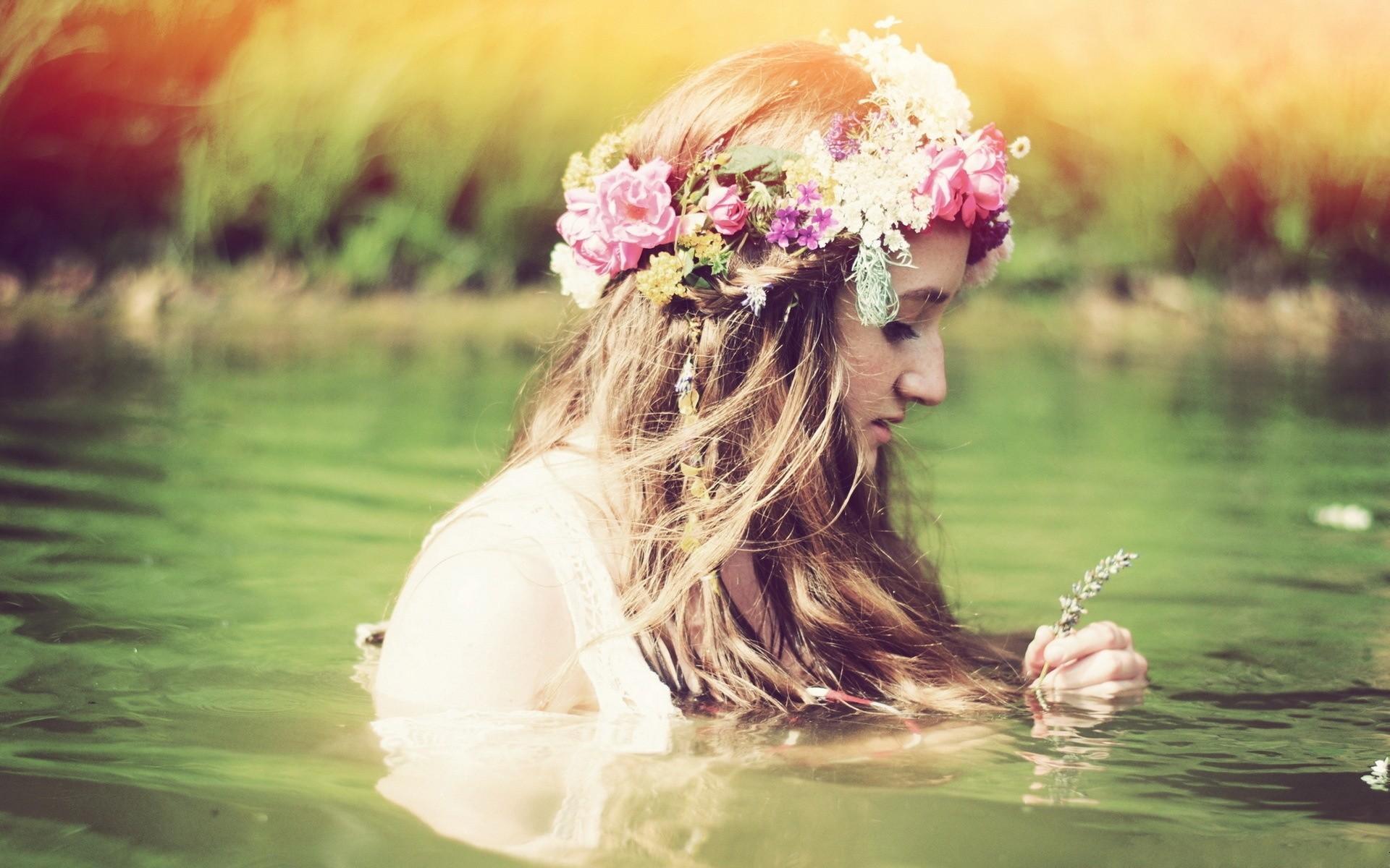 Девушка в венке из цветов спиной фото