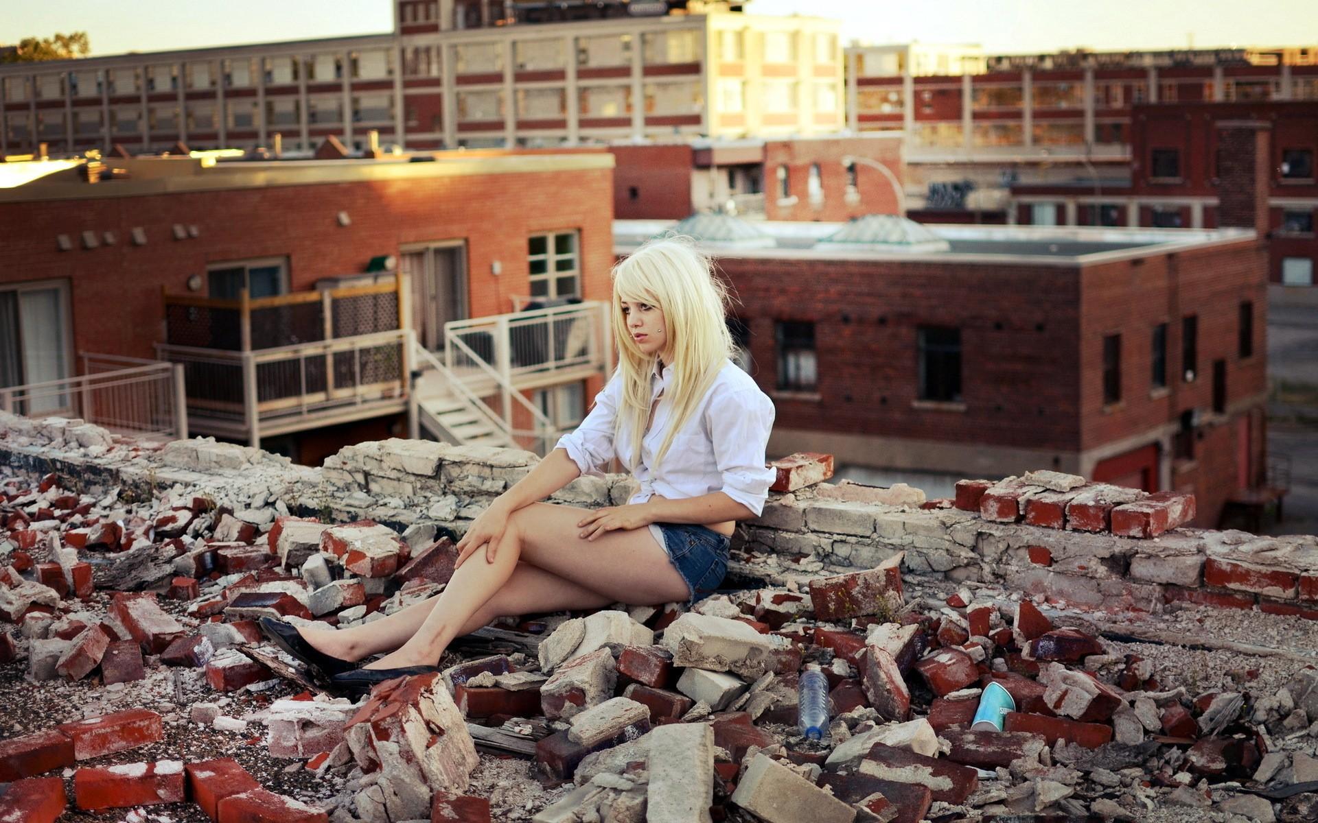 девушка в развалинах