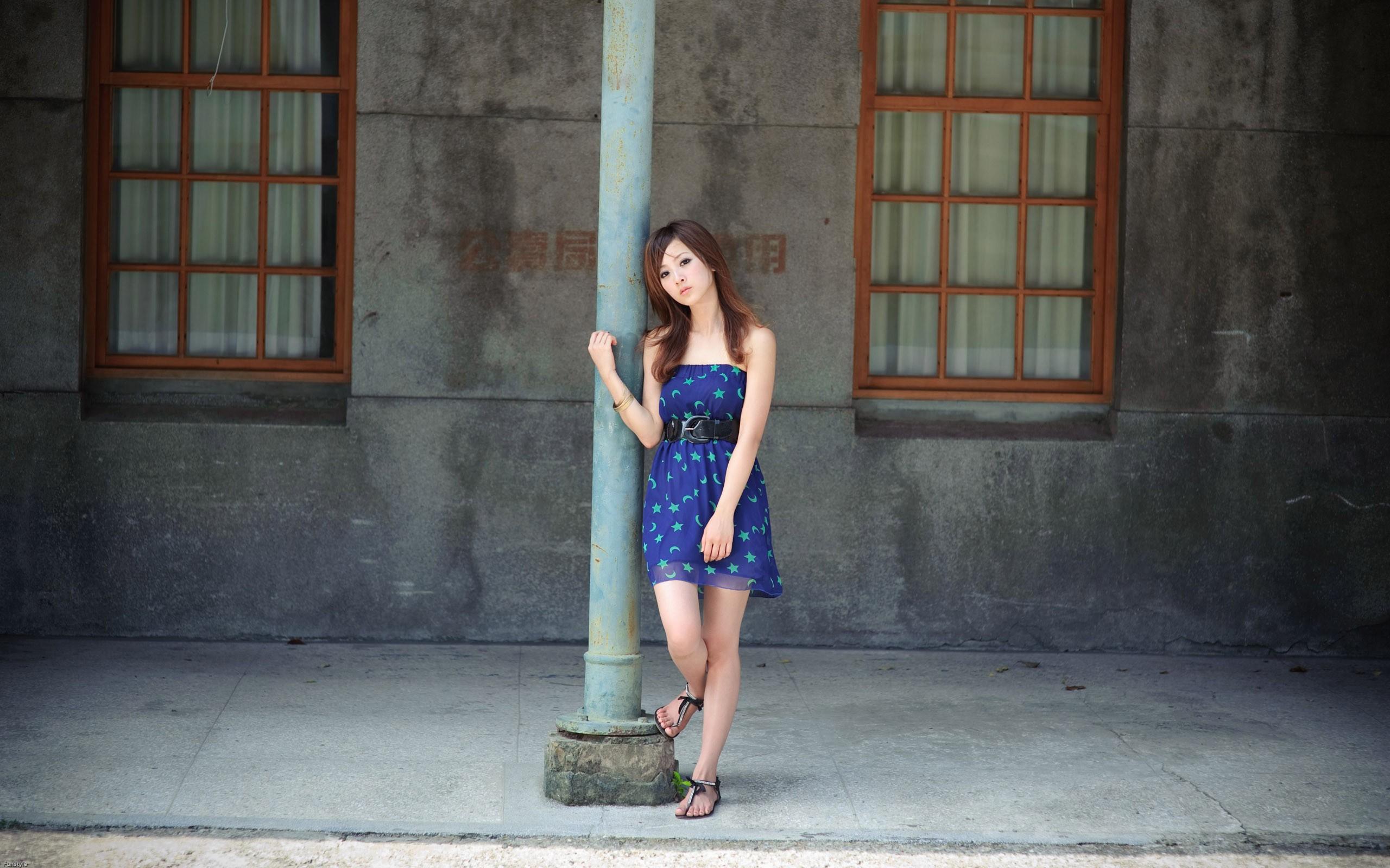 Фото девушек дома в платьях 12 фотография