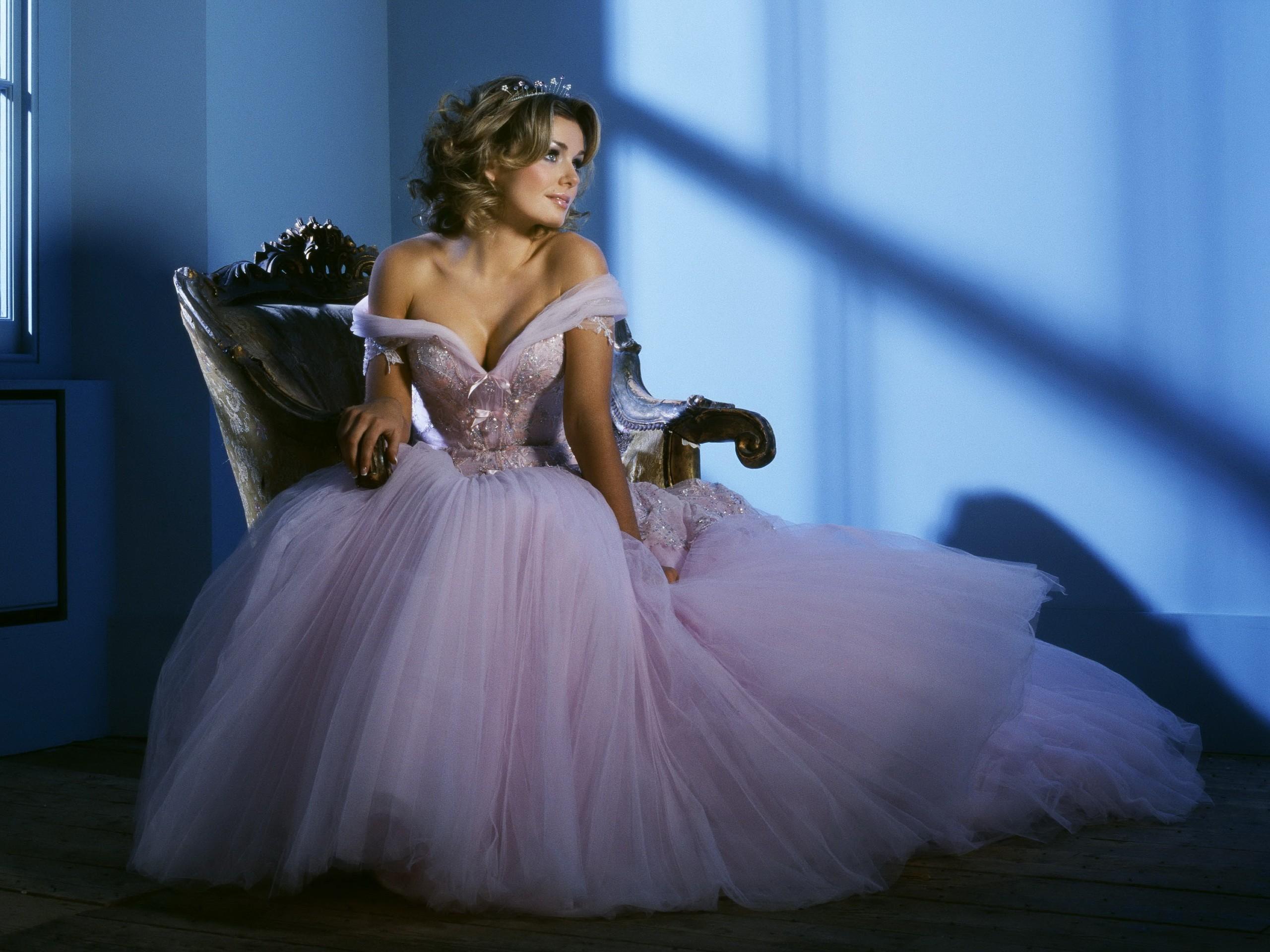 Бегущая девушка в свадебном платье