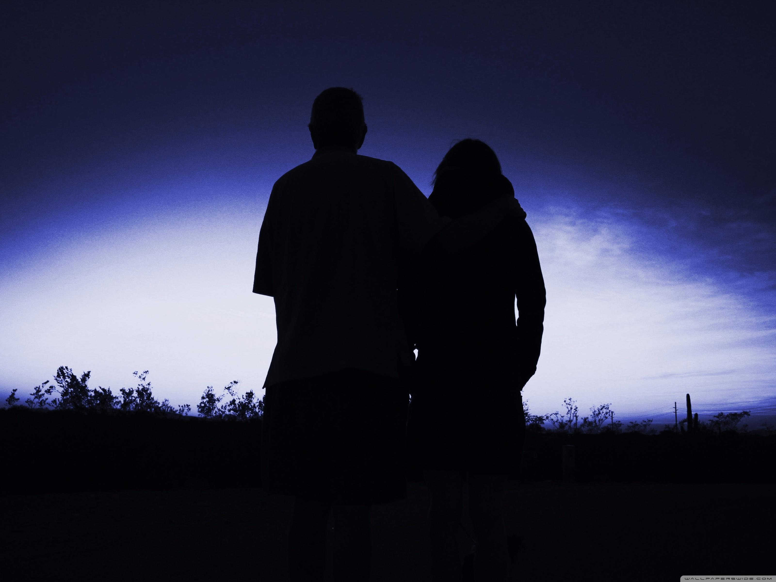 Фото силуэта девушки с парнем смотрят друг на друга