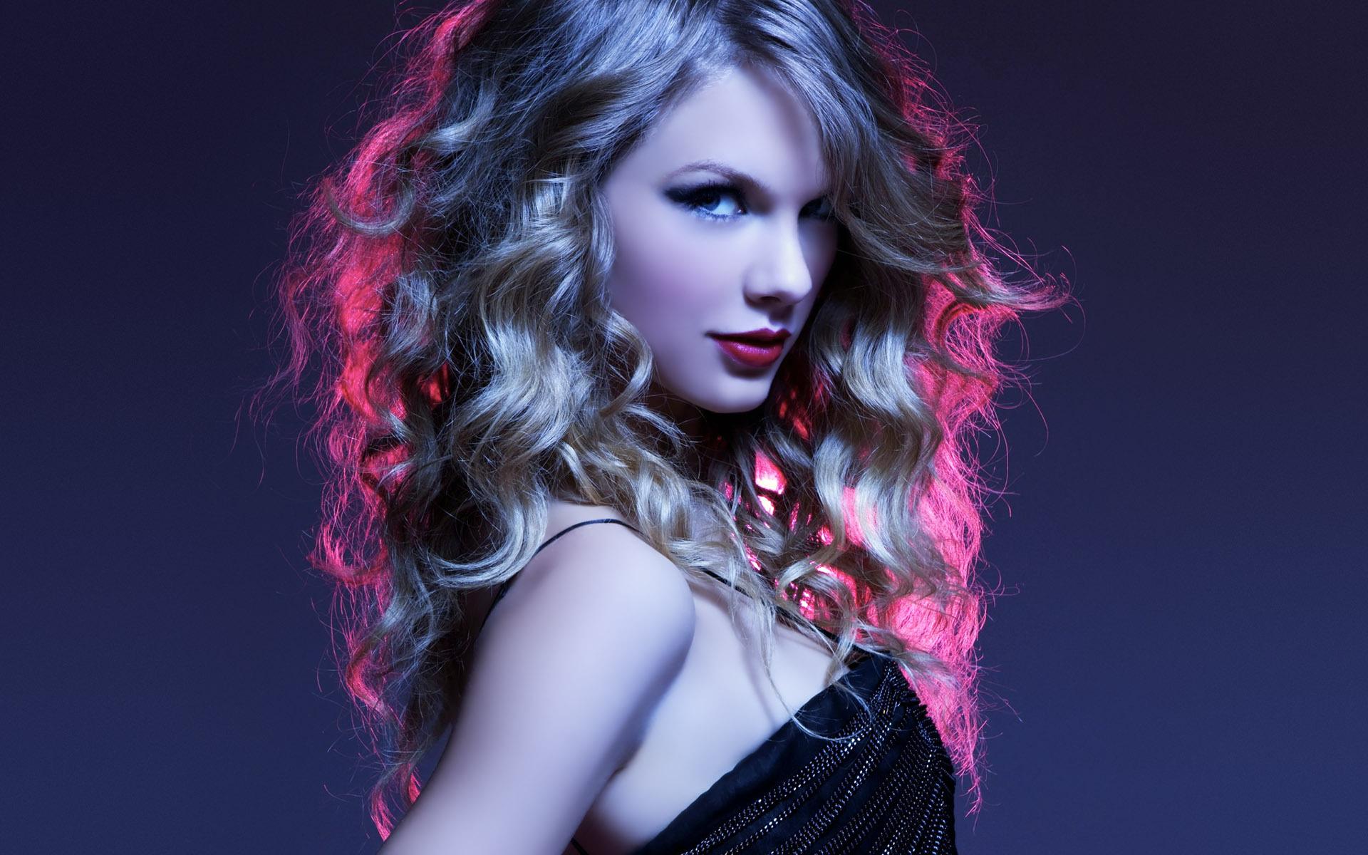 Music_Taylor_Swift_purple_lights_045822_