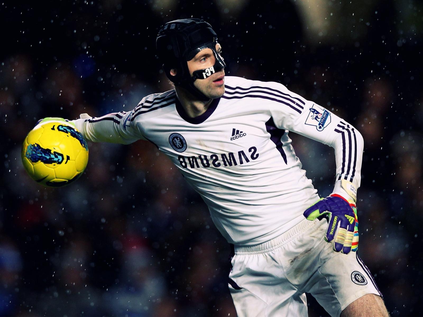 Челси: Игрок Челси Петр Чех бросает мяч