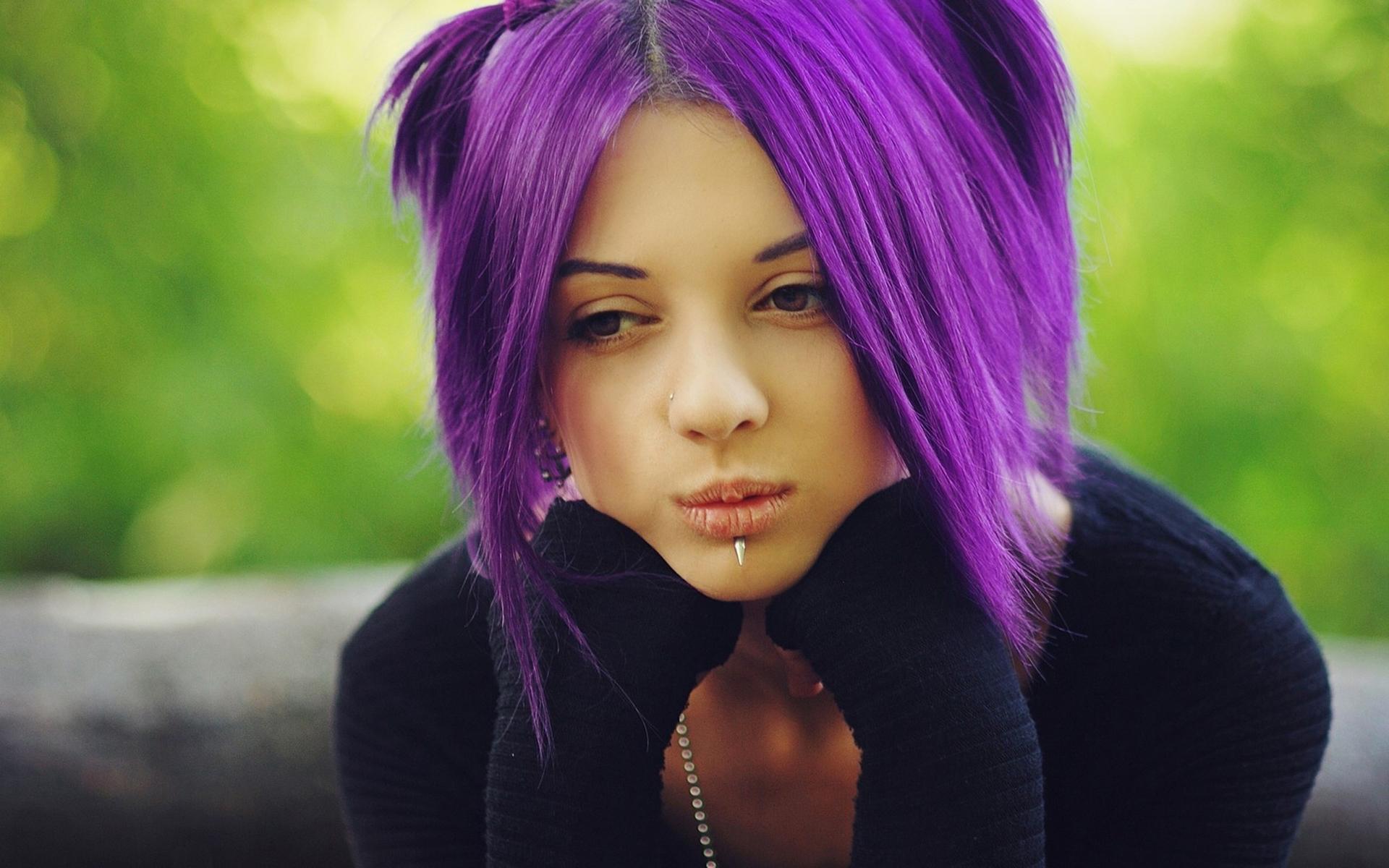 актриса с розововыми волосами и 3 пирсингами на губе