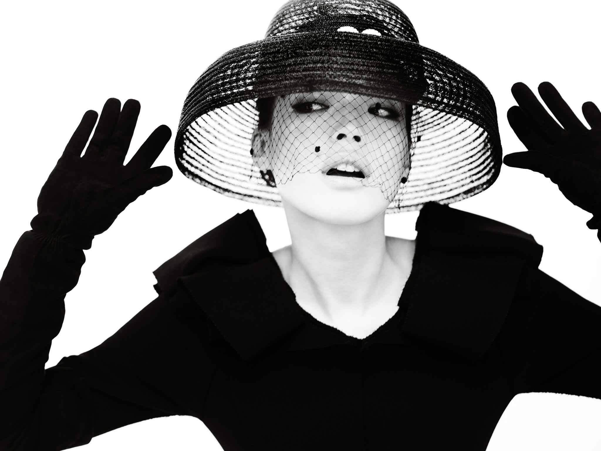 Три, девушка в шляпе картинки черно белые