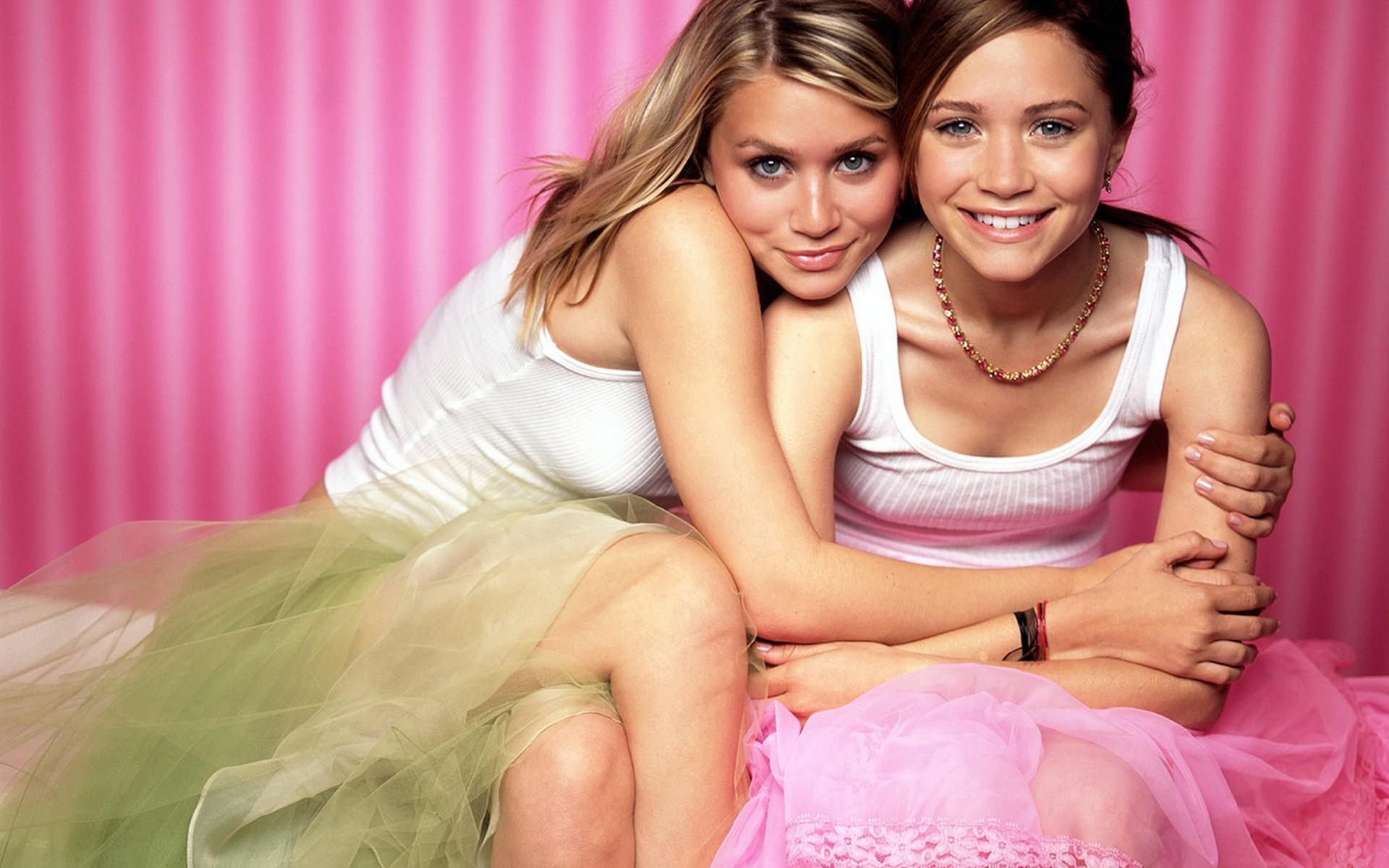 Две девчонки балуются фото #7