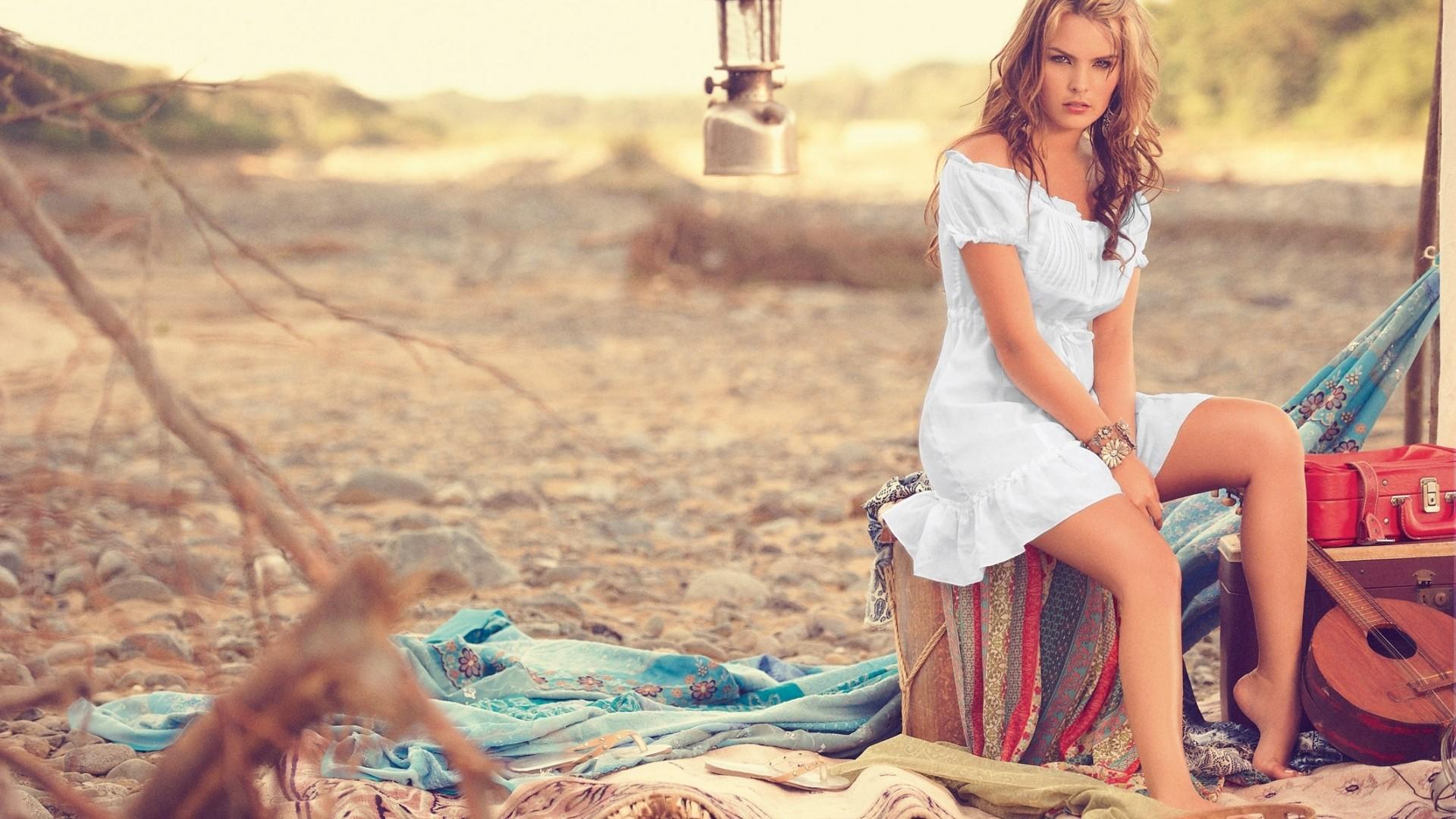 Девушка сидит на пляже, лиззи билан порно фото