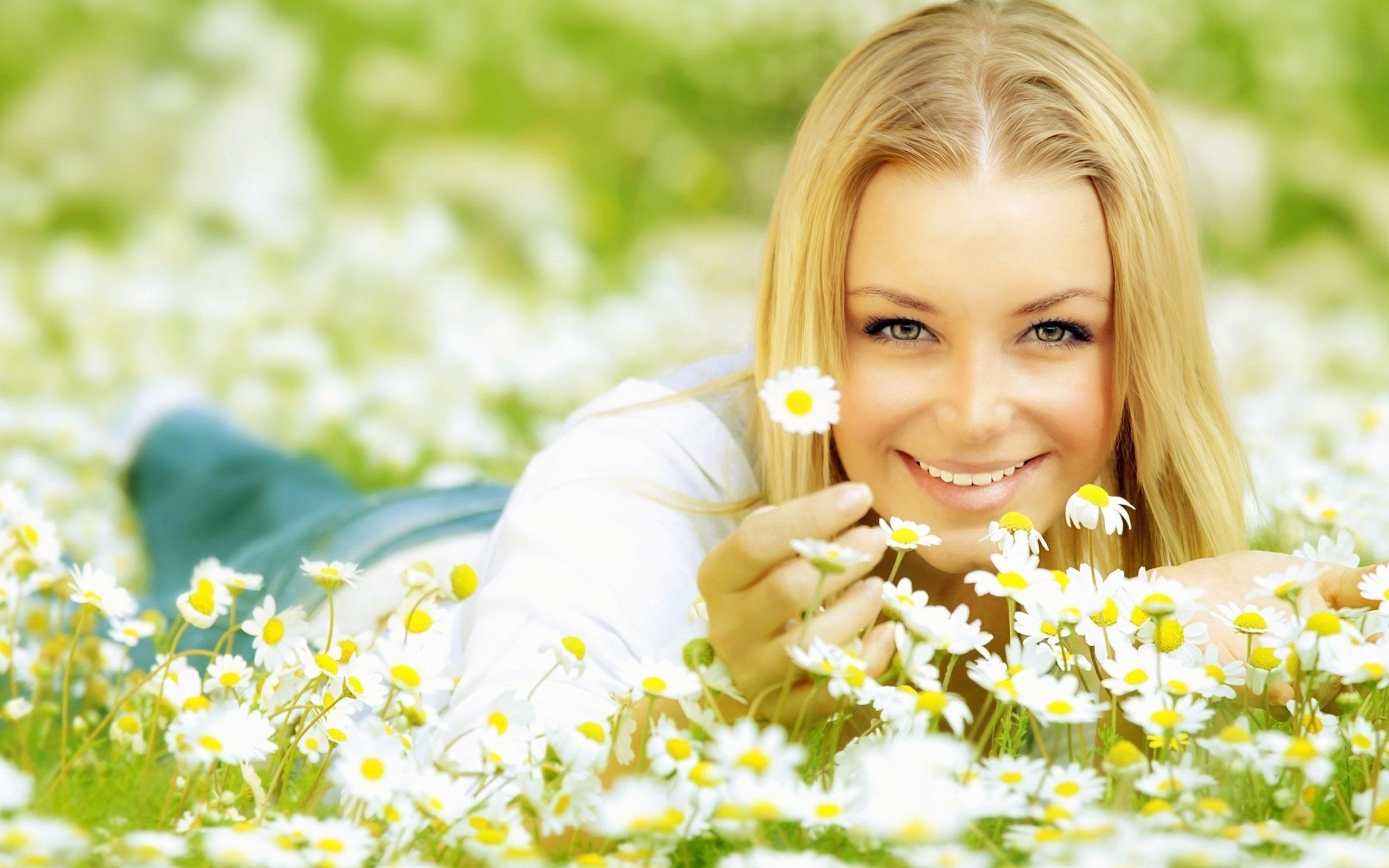 Блондинка в ромашках картинки