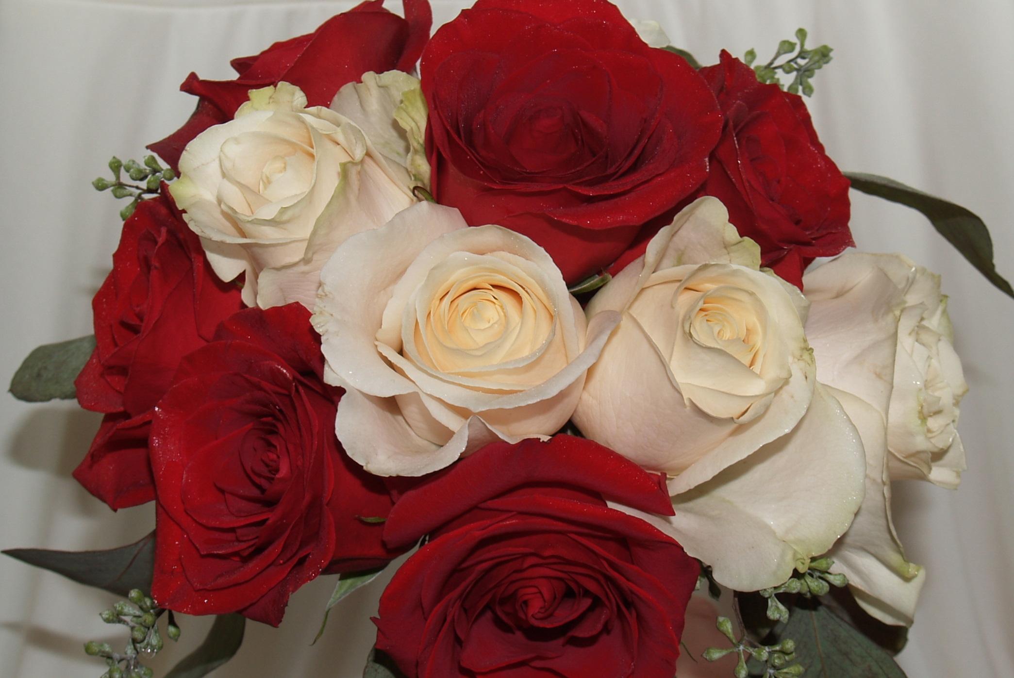 Открытка к 8 марта с белыми розами, годик