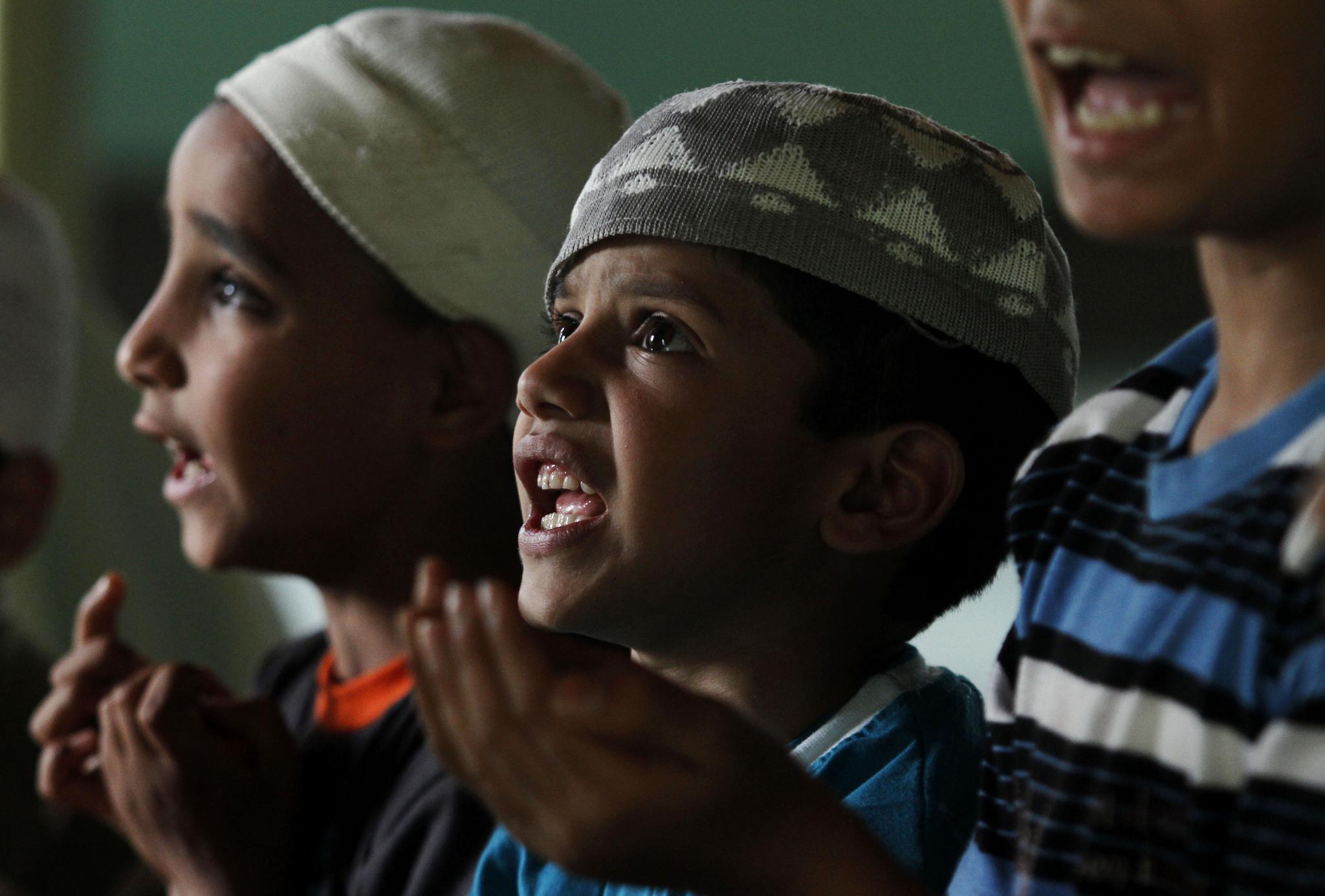 Фото молящегося ребенка мусульманина