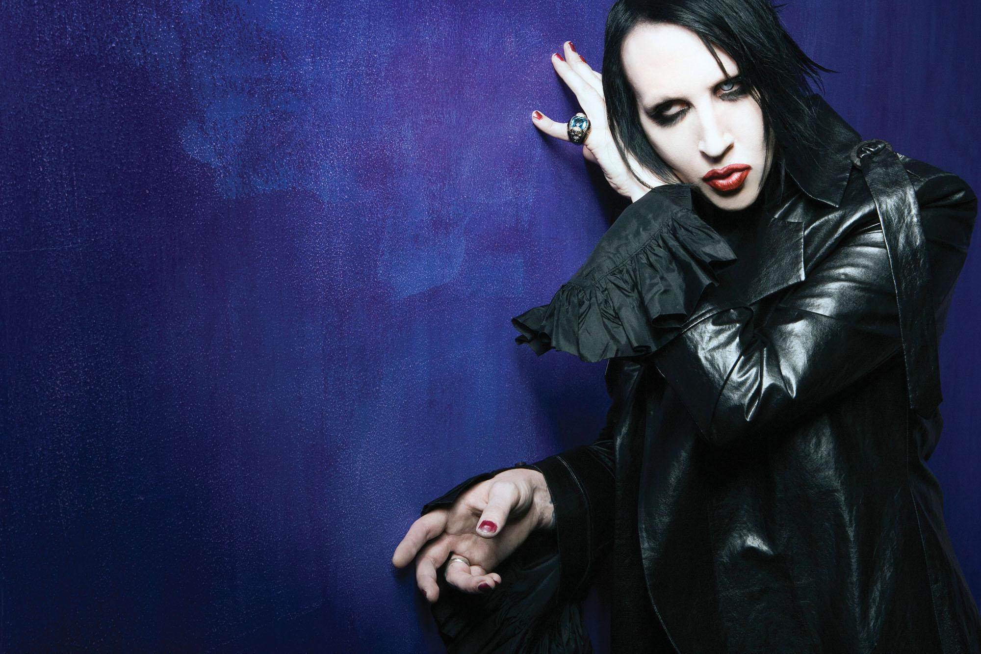 Marilyn Manson de son vrai nom Brian Hugh Warner né le 5 janvier 1969 à Canton dans lOhio est un musicien chanteur rock peintre poète acteur et plasticien
