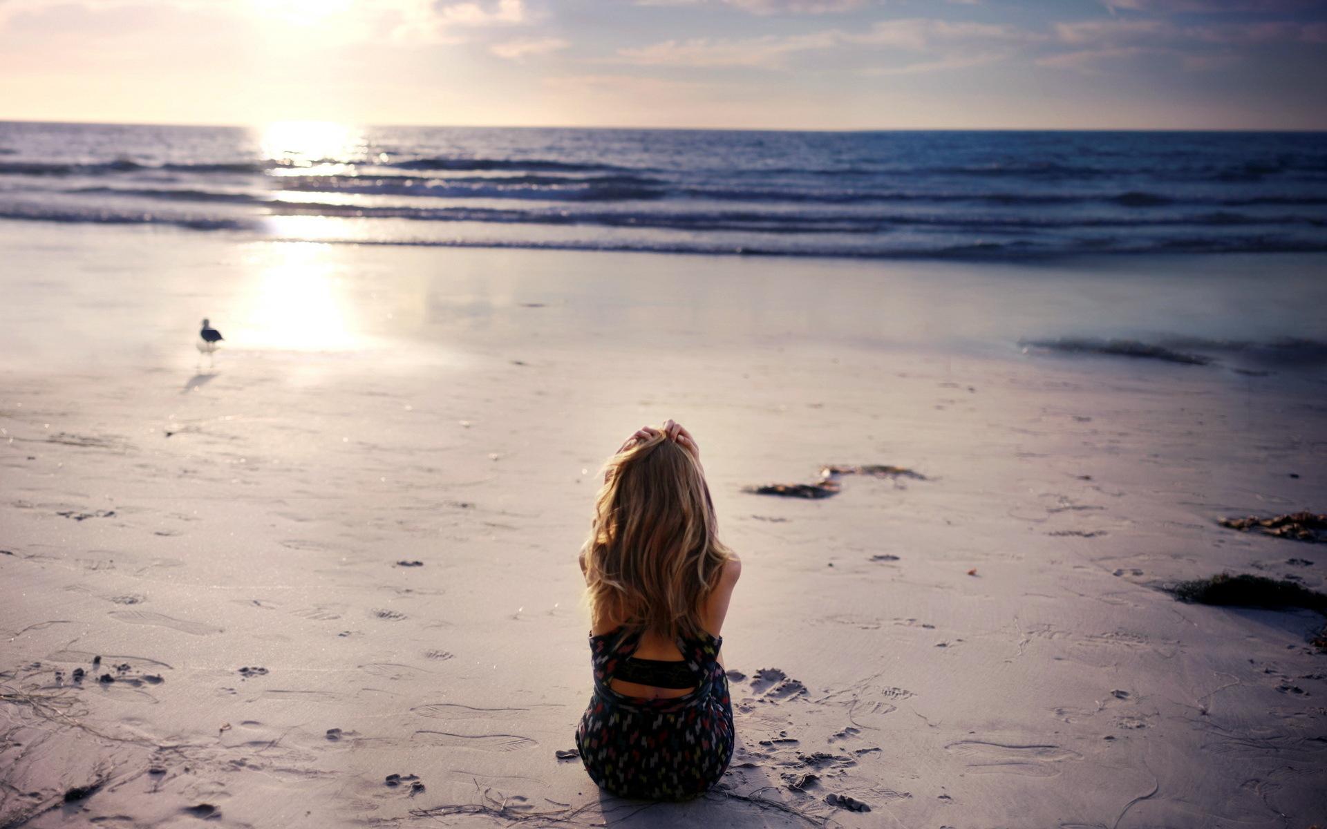блондинка на море друга