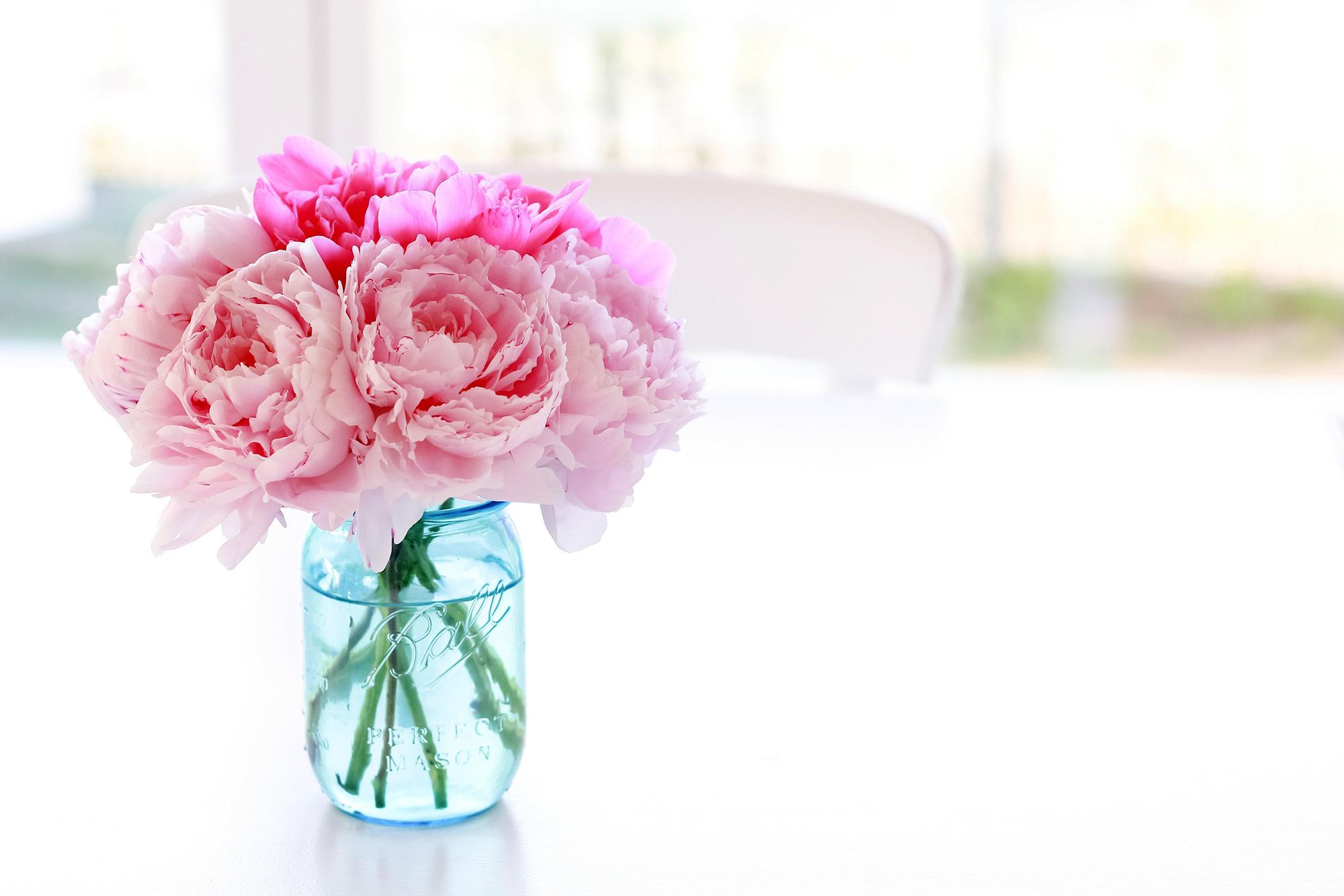 Фон для открытки с цветами в вазе, сын