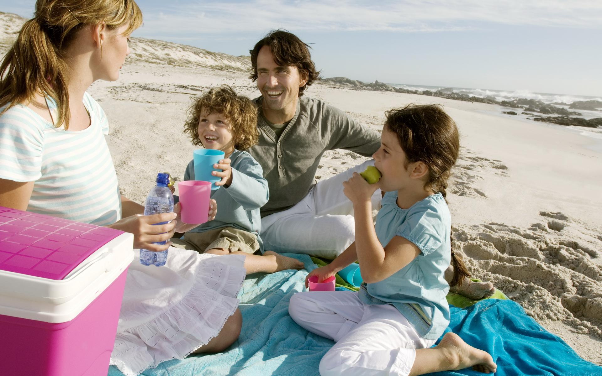 Фото родители с детьми у воды