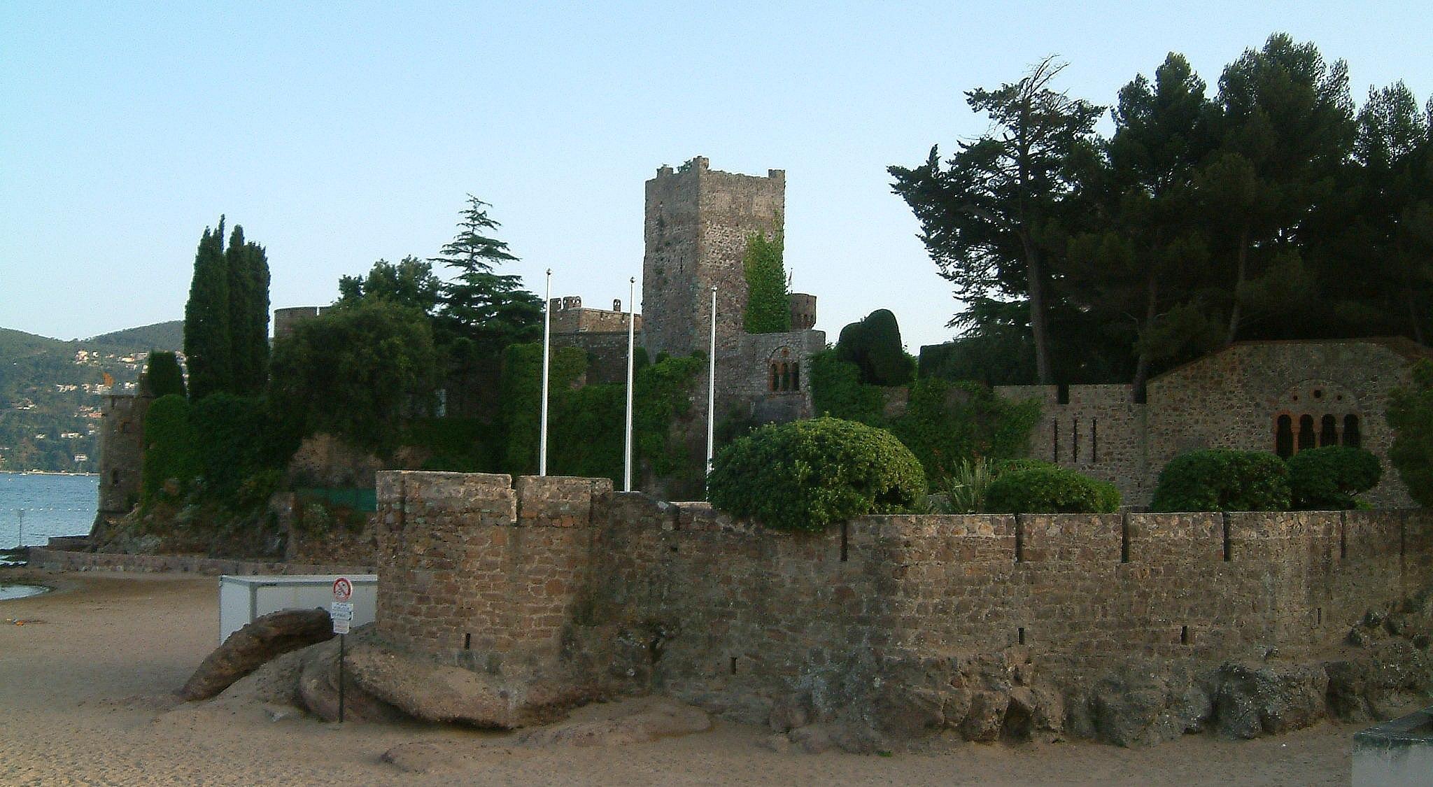 Mandelieu-la-Napoule France  city pictures gallery : ... : Castle in the resort of Mandelieu la Napoule, France 2048x1125
