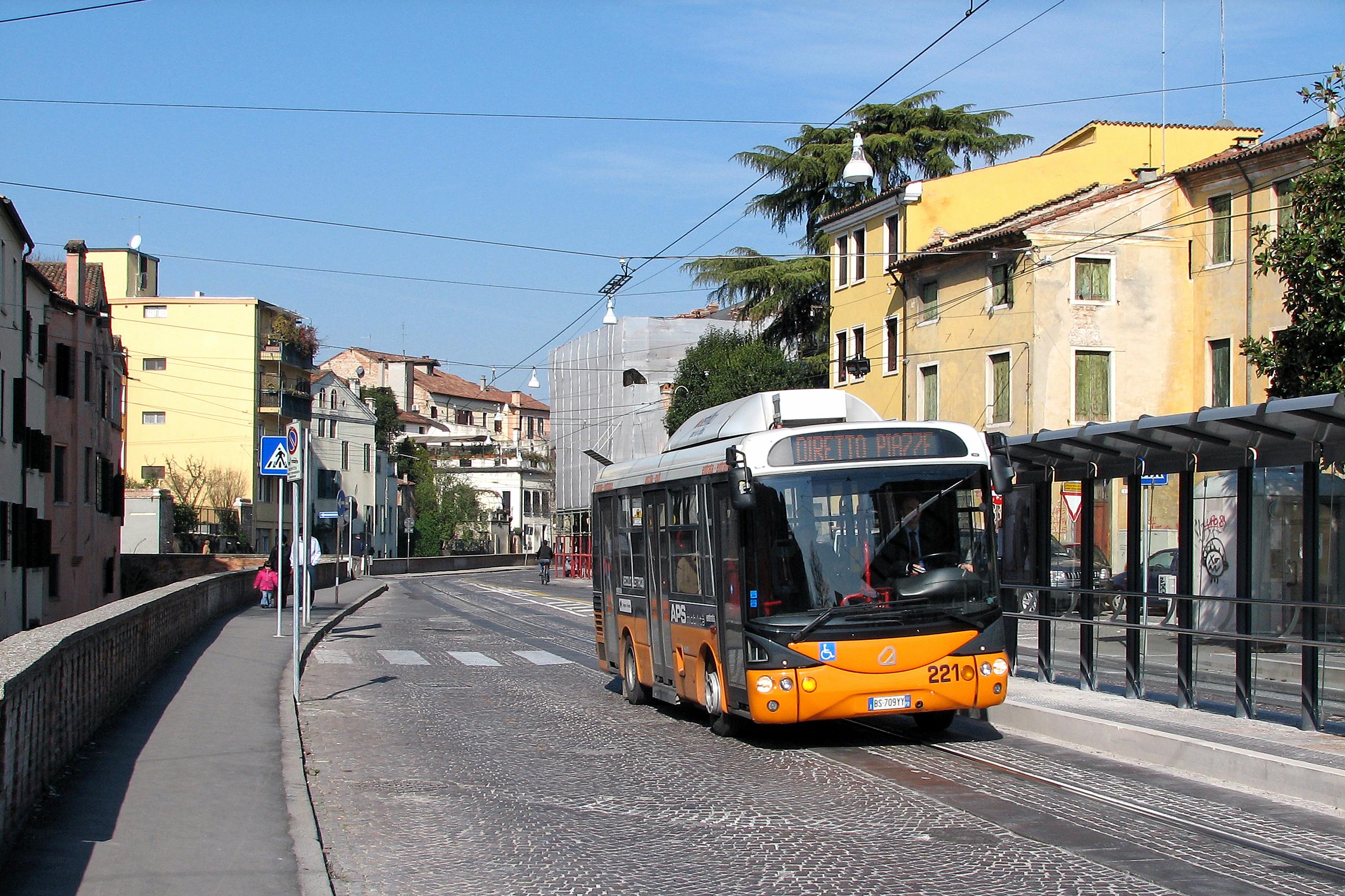 автобус на улице картинки