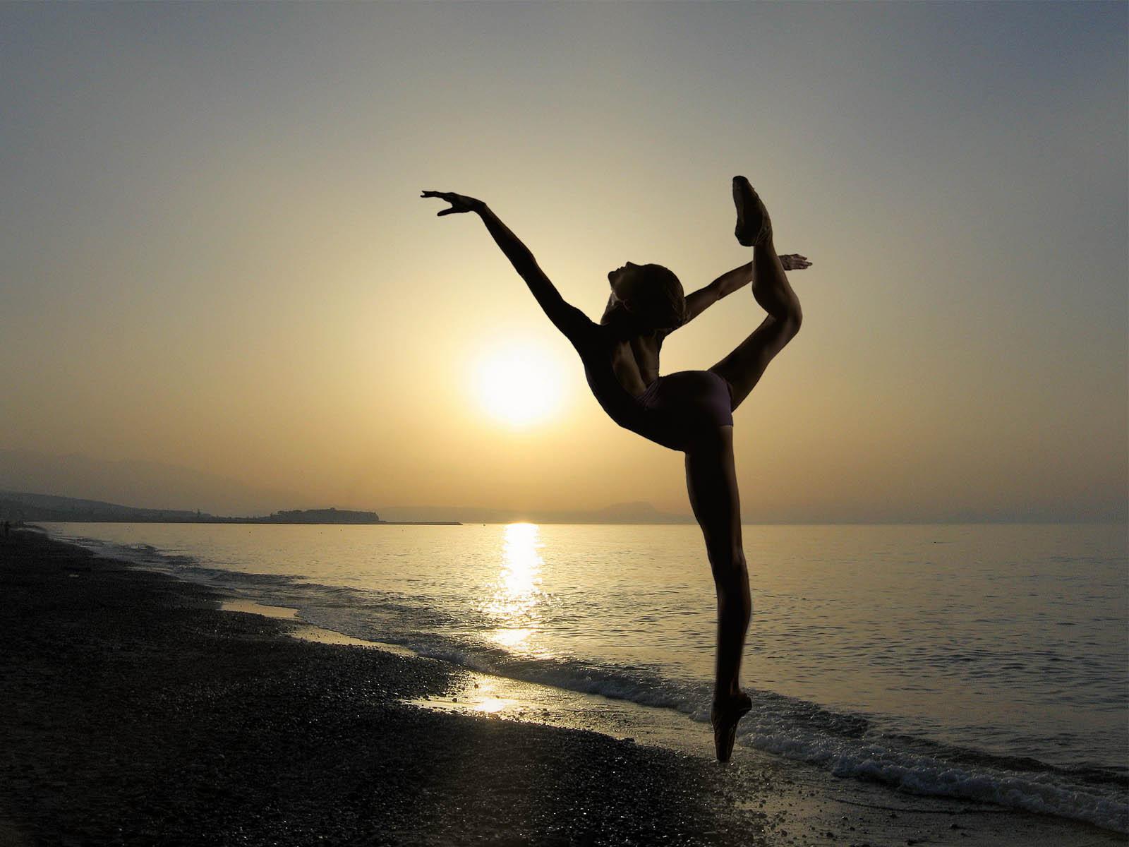 Неграми девушка танцует на пляже улице