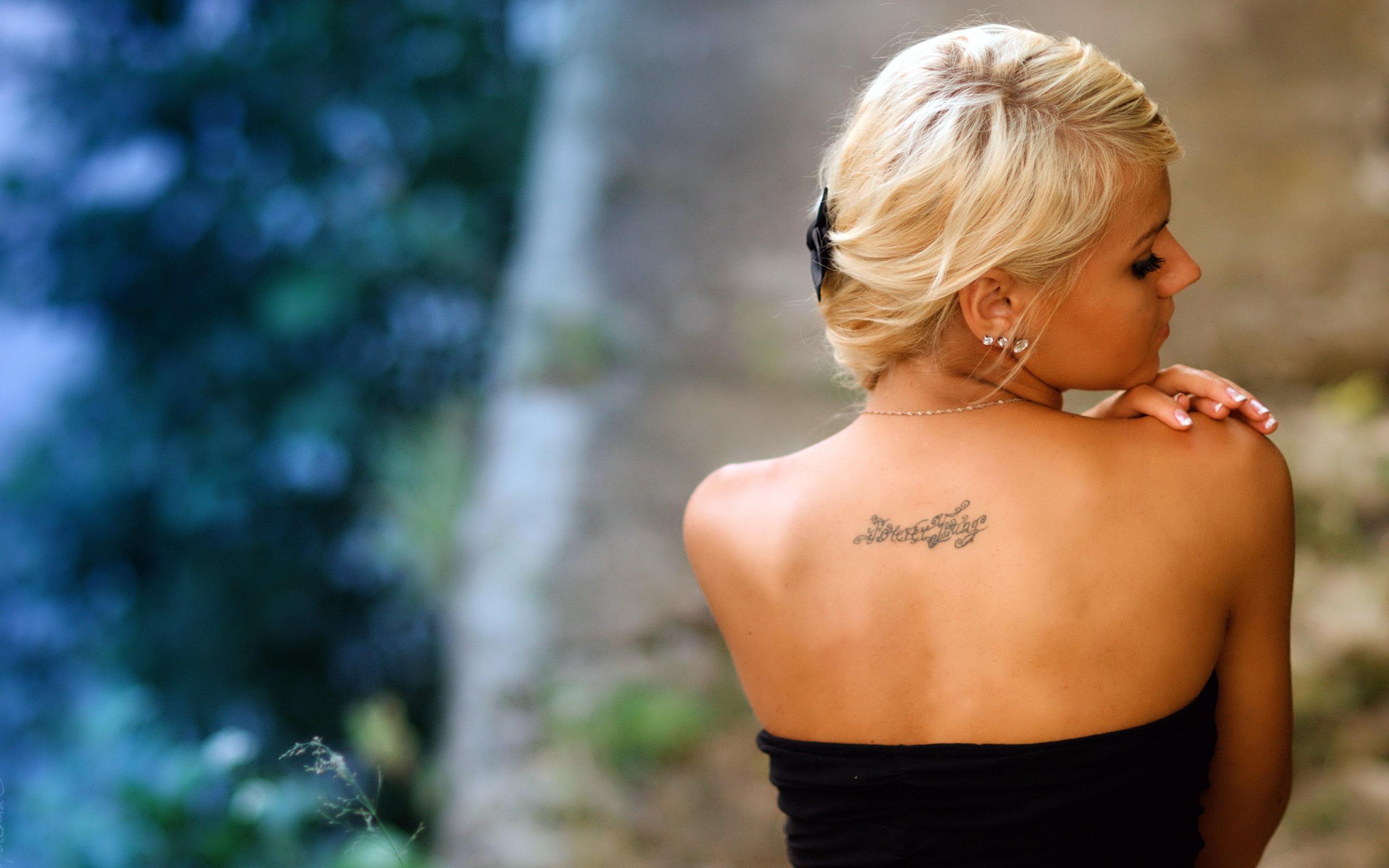Фото красивых блондинок с татуировкой