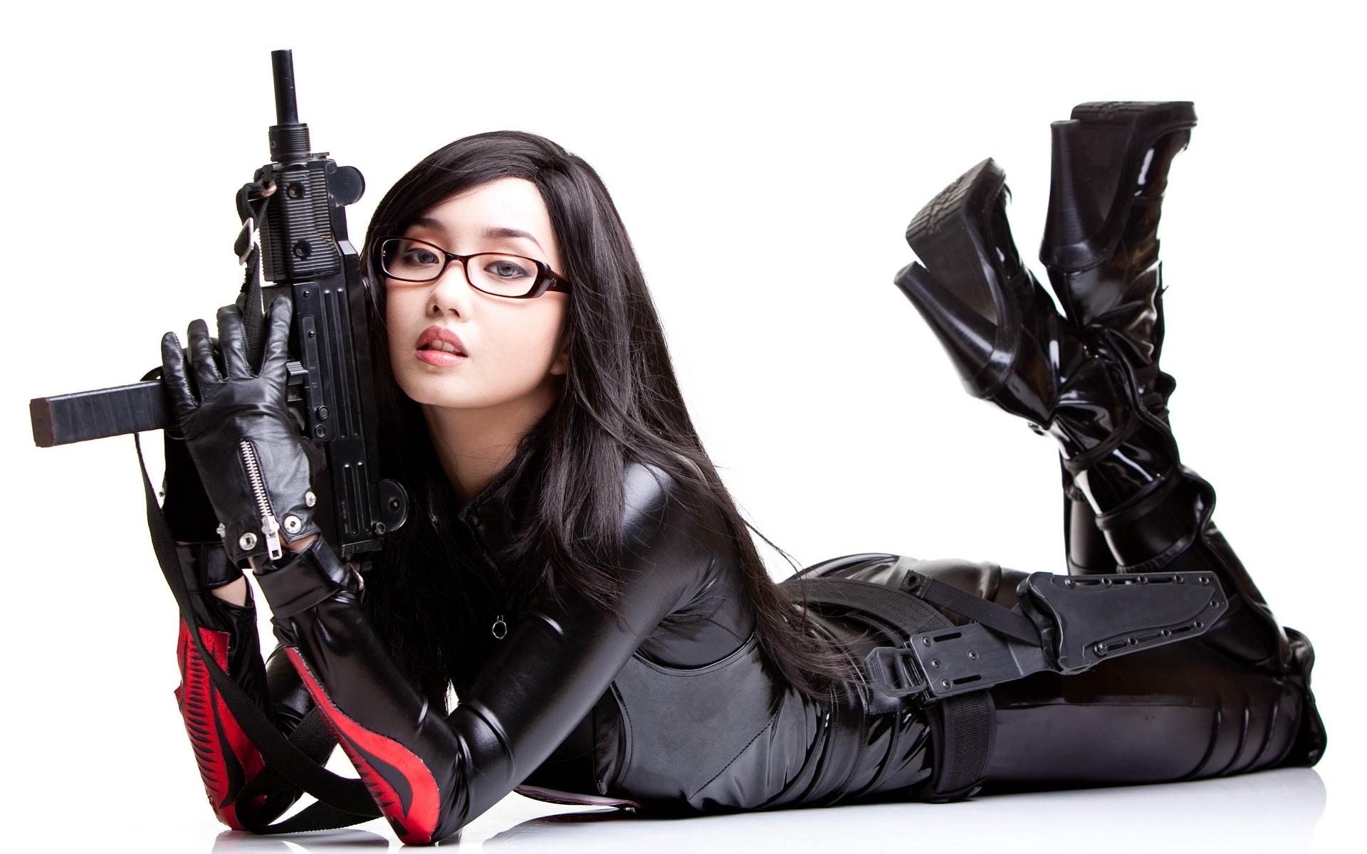 Обои для рабочего стола оружие женщины