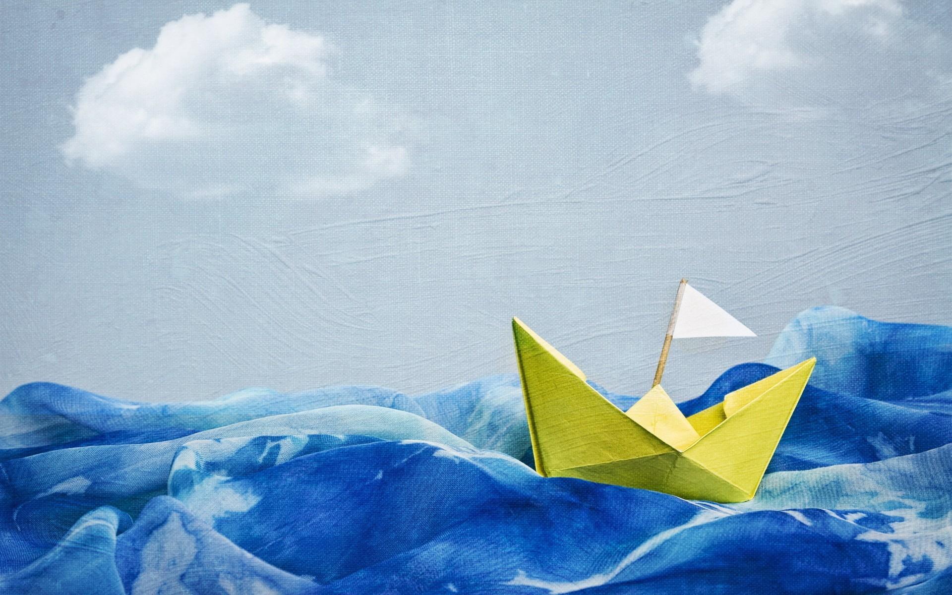 Кораблик из цветной бумаги фото