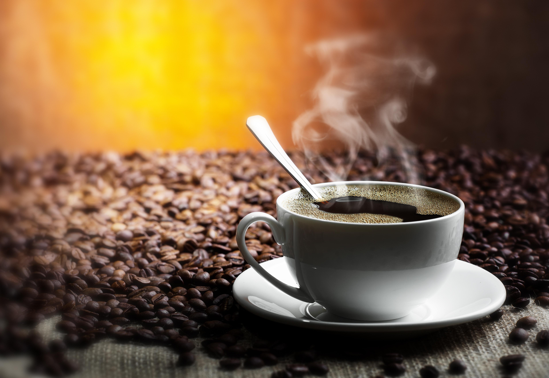 Картинка чашка горячего кофе утро рассвет горы природа
