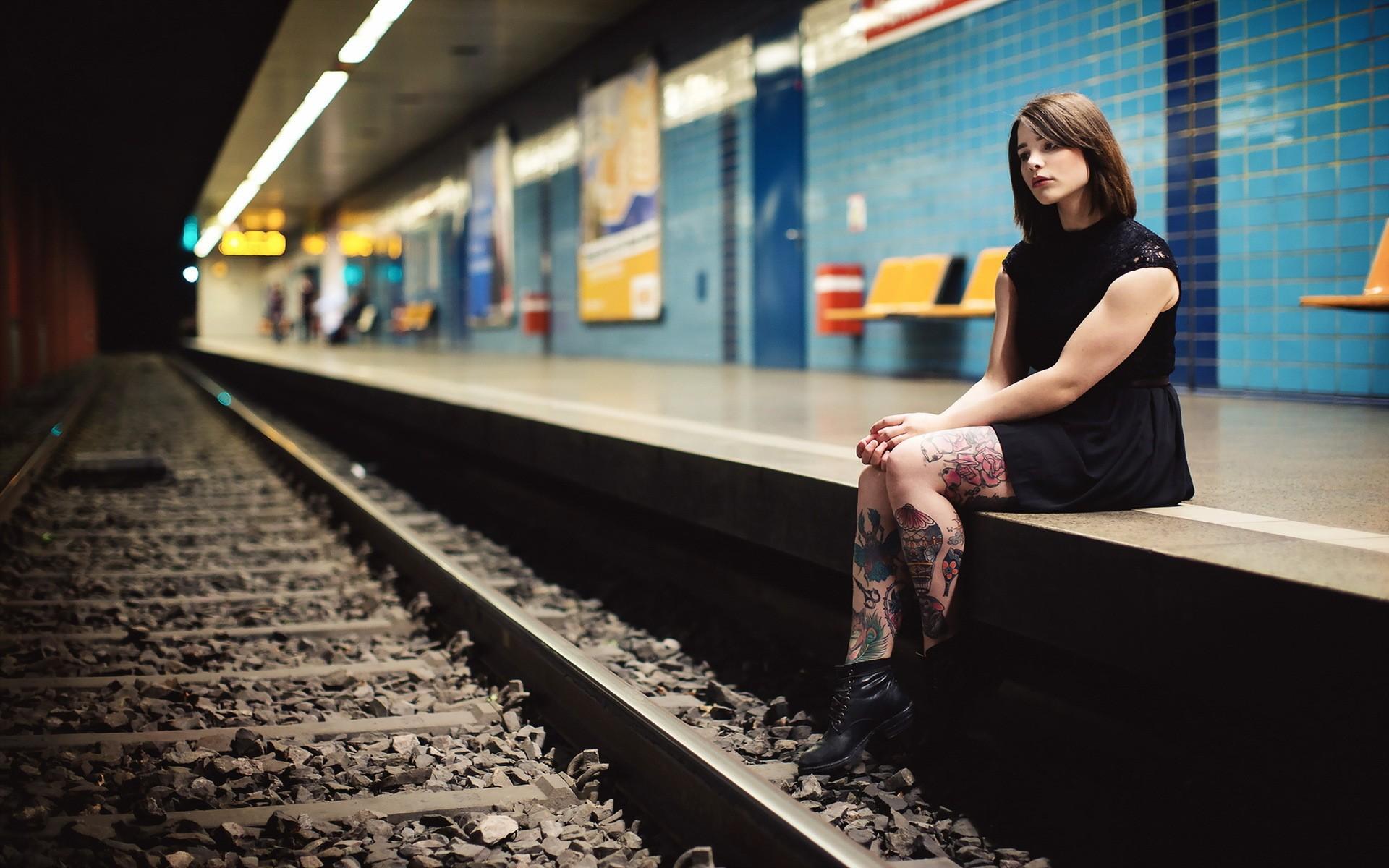 Фото девушек сидящих в метро 4 фотография
