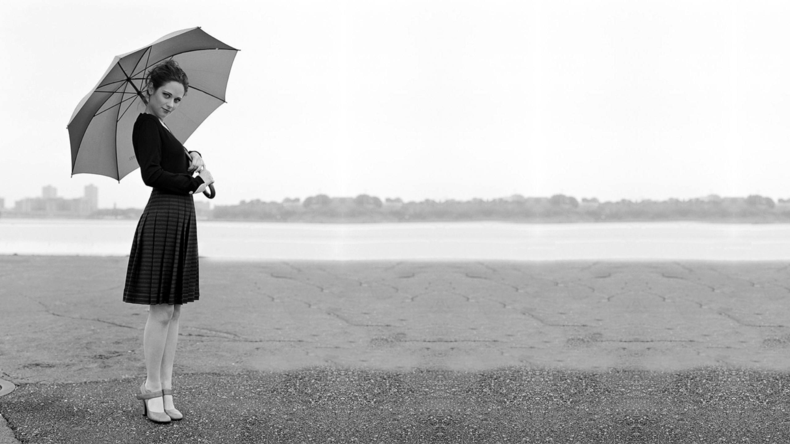 Чёрно белые картинки девушек брюнеток 22 фотография
