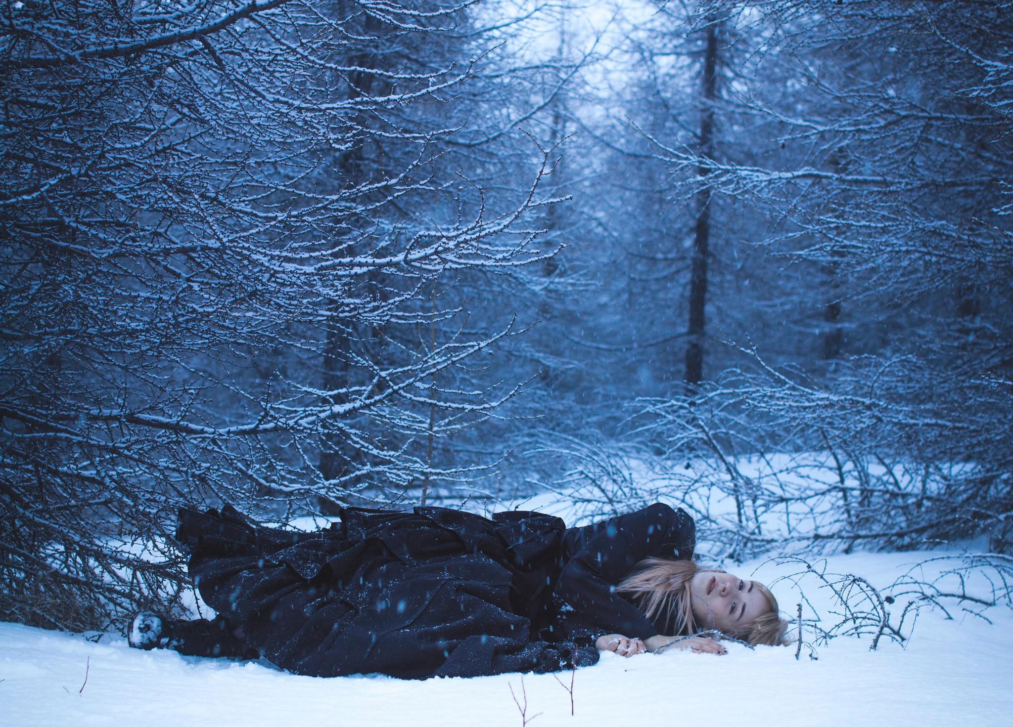 Девушки валяются в снегу, сиськастая горничная позирует порно