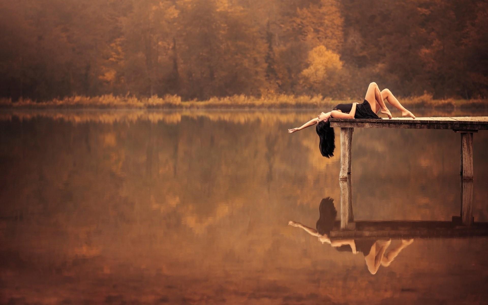Брюнетка на озере фото
