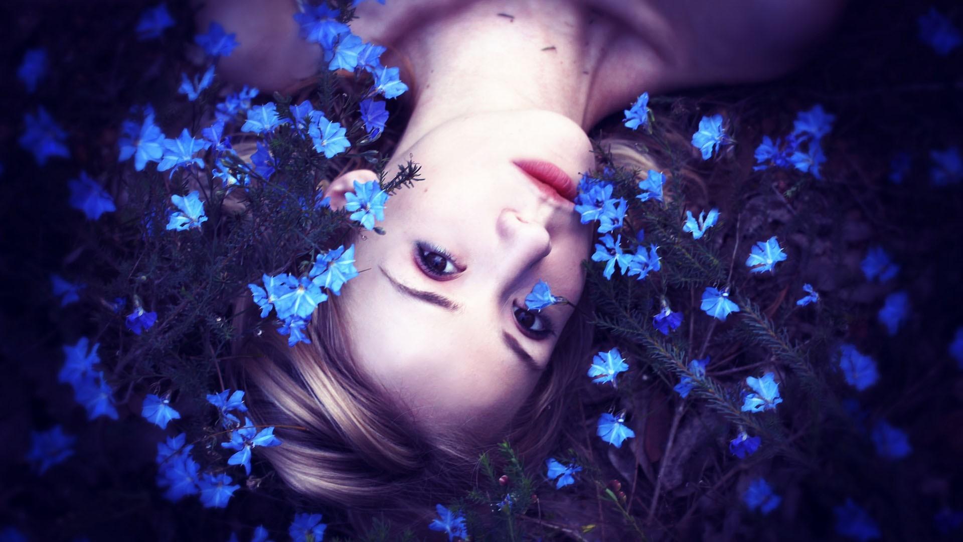 Необычное фото девушек с цветами