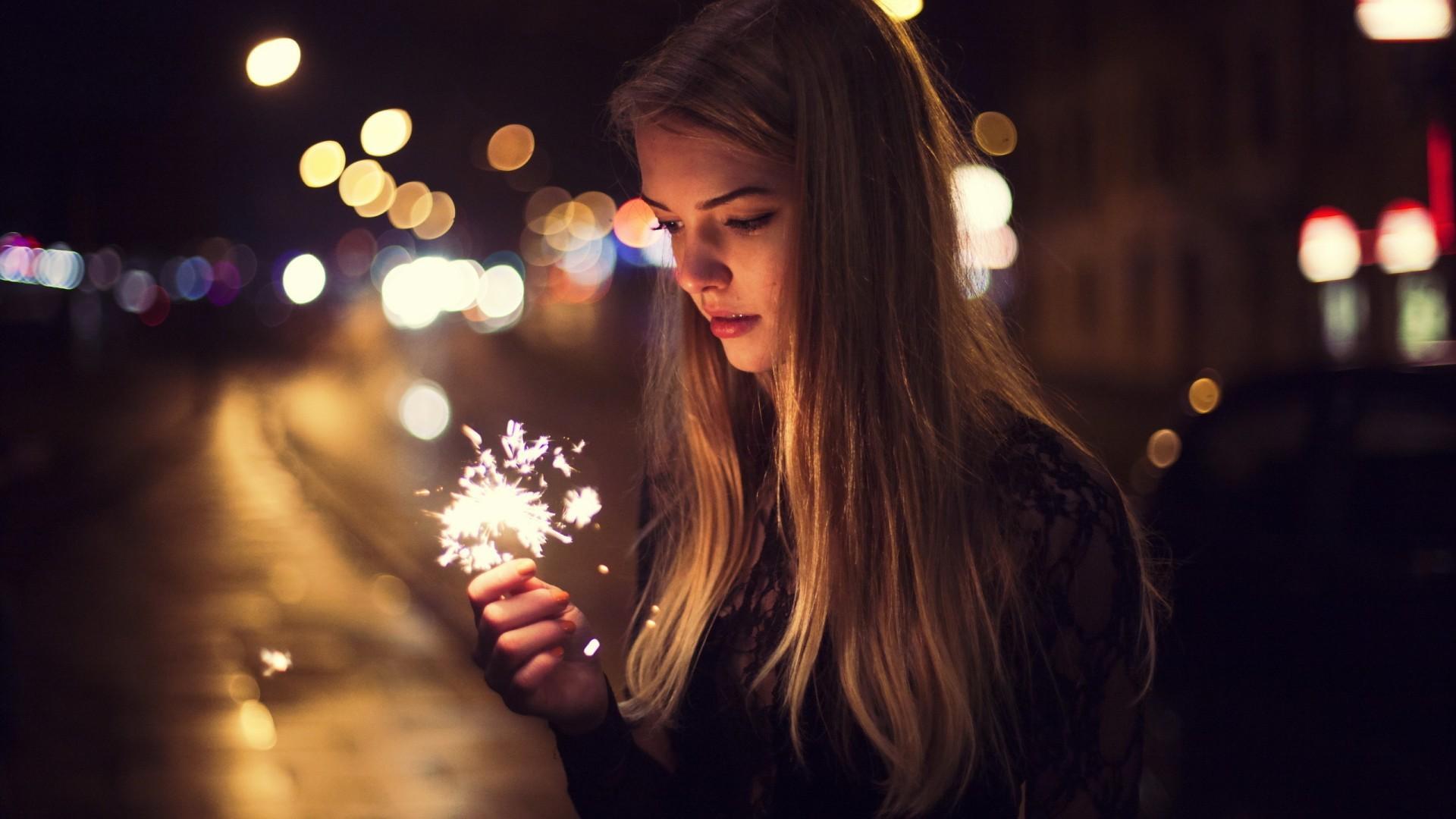 http://www.zastavki.com/pictures/originals/2015/Girls_Girl_holding_a_sparkler_097451_.jpg