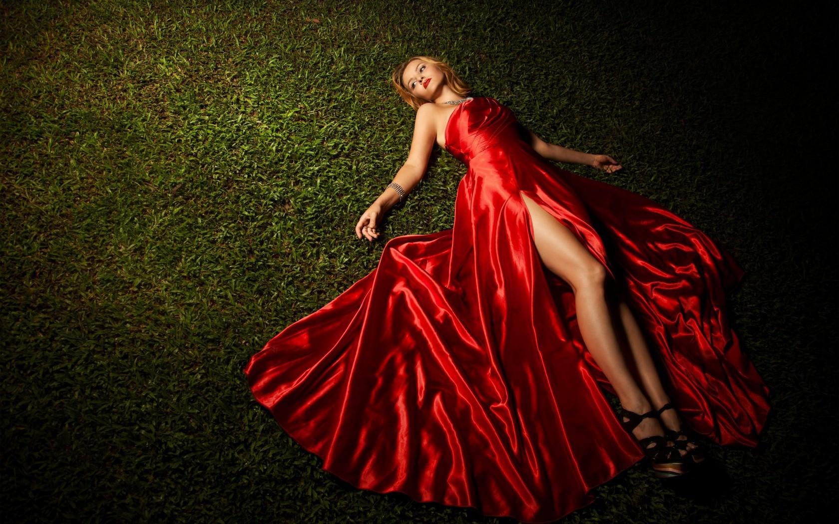 партнера весьма красивая девушка в красном платье отдается видео